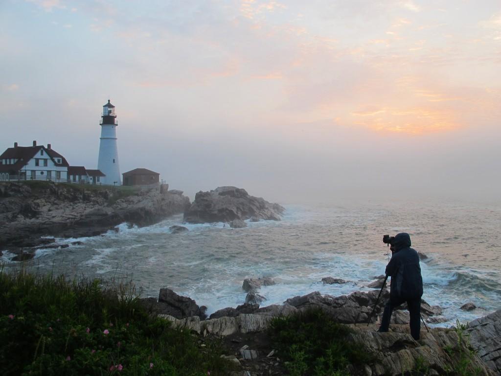 Ở ngọn hải đăng Portland vào buổi sương mù sáng sớm, Maine