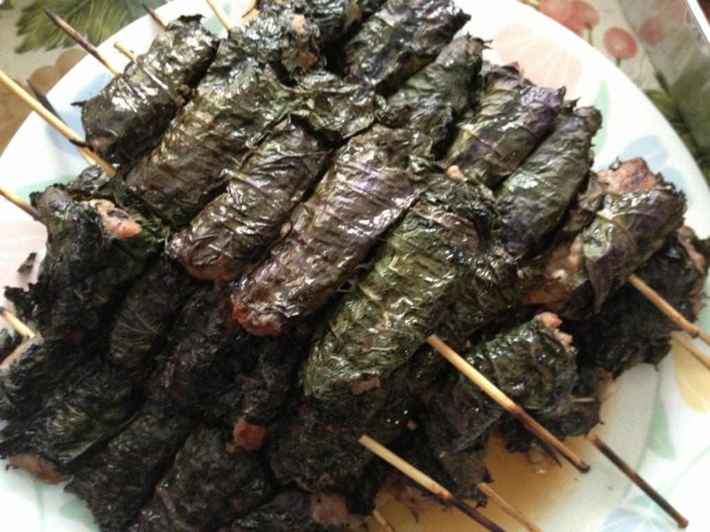 Thịt bò cuộn lá tí tô nướng